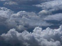 Σωρείτης thunderclouds των γαλαζωπός-χρωματισμένων λωρίδων υψηλών στον ουρανό Στοκ φωτογραφία με δικαίωμα ελεύθερης χρήσης