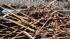 Σωριασμένοι φραγμοί κατασκευής ένας σωρός των ράβδων σιδήρου για την κατασκευή απόθεμα βίντεο