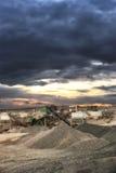 Σωροί αμμοχάλικου στο εργοστάσιο μεταλλείας με το cloudscape Στοκ φωτογραφία με δικαίωμα ελεύθερης χρήσης