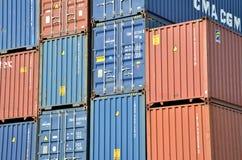 Σωροί εμπορευματοκιβωτίων φορτίου στο εσωτερικό τερματικό εμπορευματοκιβωτίων Στοκ Εικόνες