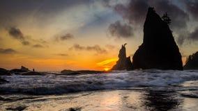 Σωροί θάλασσας και θάλασσα κατά τη διάρκεια του ηλιοβασιλέματος Στοκ Εικόνες