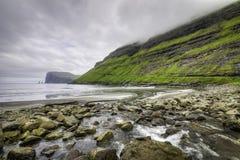 Σωροί θάλασσας Risin και Kellingin στην απόσταση, αμμώδης παραλία Tjornuvik, Streymoy, Νησιά Φερόες (Νήσοι Φερόες), Δανία, Ευρώπη Στοκ Φωτογραφία