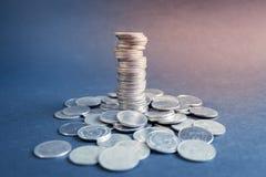 Σωροί νομισμάτων με το μαύρο υπόβαθρο, πύργος νομισμάτων, έννοια επιχειρησιακής αύξησης Στοκ Εικόνες