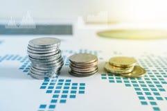 Σωροί νομισμάτων σε χαρτί της οικονομικής γραφικής παράστασης Εικονίδια γραφικής παράστασης, worldwi Στοκ φωτογραφία με δικαίωμα ελεύθερης χρήσης