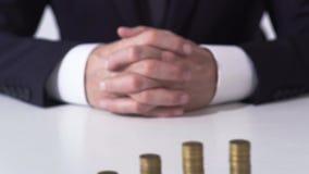 Σωροί νομισμάτων στον άσπρο πίνακα γραφείων, την επιτυχή σταδιοδρομία και την προσοδοφόρα επένδυση φιλμ μικρού μήκους
