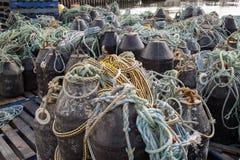 Σωροί της πρόσδεσης και της αλιείας με δίχτυα των σχοινιών Στοκ φωτογραφία με δικαίωμα ελεύθερης χρήσης
