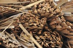 Σωροί της συσκευασμένης ξυλείας - slats - έτοιμα για την πώληση στον τελικό καταναλωτή στοκ φωτογραφίες
