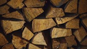 Σωροί του καυσόξυλου για τη θέρμανση του σπιτιού Κλείστε επάνω την προετοιμασία του καυσόξυλου φιλμ μικρού μήκους