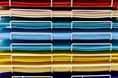 Σωροί του χρωματισμένου εγγράφου σχεδίων στο κατάστημα στοκ εικόνες με δικαίωμα ελεύθερης χρήσης