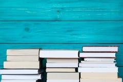 Σωροί των βιβλίων με το ξύλινο μπλε υπόβαθρο Ελεύθερο διάστημα αντιγράφων για Στοκ Φωτογραφία
