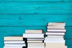 Σωροί των βιβλίων με το ξύλινο μπλε υπόβαθρο Ελεύθερο διάστημα αντιγράφων για Στοκ Εικόνα