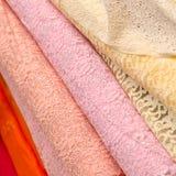 σωροί των ζωηρόχρωμων κλωστοϋφαντουργικών προϊόντων δαντελλών στοκ εικόνες