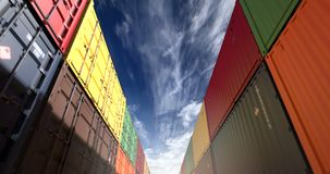 Σωροί των μεταφορικών κιβωτίων κάτω από τον άνευ ραφής βρόχο απογεύματος cloudscape διανυσματική απεικόνιση