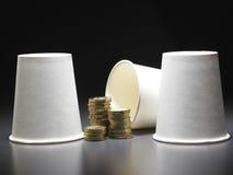 Σωροί των νομισμάτων και του φλυτζανιού εγγράφου Στοκ Φωτογραφία