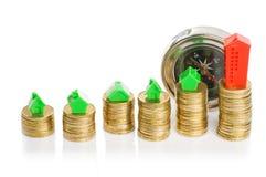 Σωροί των νομισμάτων, του πράσινου και κόκκινου σπιτιού με την πυξίδα Στοκ φωτογραφία με δικαίωμα ελεύθερης χρήσης