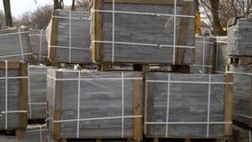 Σωροί των πετρών επίστρωσης που τυλίγονται στην ταινία που βάζει στο έ φιλμ μικρού μήκους