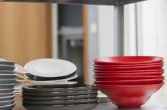 Σωροί των πιάτων του κόκκινου και γκρίζου χρώματος στοκ εικόνες