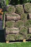 Σωροί των ρόλων γρασιδιών για το νέο χορτοτάπητα Στοκ Φωτογραφίες
