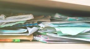 Σωροί των σημειωματάριων και των σχολικών προμηθειών - βρωμίστε στοκ εικόνα