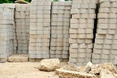 Σωροί των τούβλων και του αμμοχάλικου σε ένα εργοτάξιο οικοδομής. Στοκ Φωτογραφία