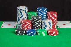 Σωρός άσσων ζευγαριού και τσιπ πόκερ στον πράσινο πίνακα Στοκ φωτογραφία με δικαίωμα ελεύθερης χρήσης