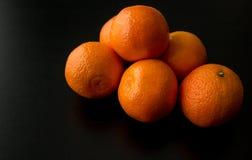 Σωρός έξι πορτοκαλιών κλημεντινών, από την πλευρά Στοκ φωτογραφία με δικαίωμα ελεύθερης χρήσης