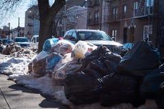 Σωρός απορριμάτων στο πεζοδρόμιο της Νέας Υόρκης Στοκ Φωτογραφίες