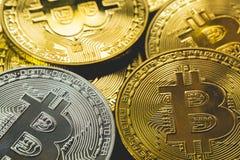 Σωρός ασημένιου και του χρυσού bitcoins με τη χρυσή έννοια υποβάθρου και επιχειρήσεων και χρηματοδότησης Στοκ Εικόνες