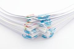 Σωρός βημάτων της γραφικής εργασίας με το ζωηρόχρωμο paperclip Στοκ Φωτογραφίες