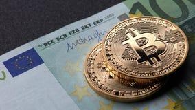 Σωρός δύο χρυσός νομισμάτων bitcoin στον ευρο- λογαριασμό εγγράφου Στοκ φωτογραφία με δικαίωμα ελεύθερης χρήσης