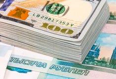 Σωρός εκατό αμερικανικών τραπεζογραμματίων δολαρίων πέρα από τα ρούβλια Στοκ φωτογραφία με δικαίωμα ελεύθερης χρήσης