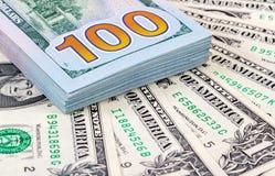 Σωρός εκατό τραπεζογραμματίων των αμερικανικών δολαρίων Στοκ φωτογραφία με δικαίωμα ελεύθερης χρήσης