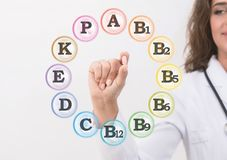 Σωρός εκμετάλλευσης γιατρών γυναικών των φαρμάκων σε ένα χέρι στοκ φωτογραφίες με δικαίωμα ελεύθερης χρήσης
