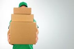 Σωρός εκμετάλλευσης ατόμων παράδοσης των κουτιών από χαρτόνι στο μέτωπο στοκ φωτογραφία