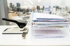 Σωρός επιχειρησιακών εγγράφων στο κιβώτιο με τη μεγάλη διάτρηση εγγράφου Στοκ φωτογραφίες με δικαίωμα ελεύθερης χρήσης