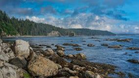 Σωρός θάλασσας και θάλασσα με το μπλε ουρανό και τα σύννεφα Στοκ φωτογραφίες με δικαίωμα ελεύθερης χρήσης