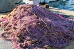 Σωρός διχτυών του ψαρέματος σε μια αποβάθρα Στοκ Εικόνες