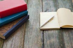 Σωρός και σημειωματάριο βιβλίων Στοκ Εικόνες