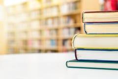 Σωρός και σωρός των βιβλίων στη tableublic ή βιβλιοθήκη σχολείων στο π στοκ εικόνες