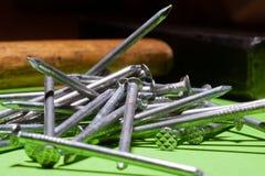 Σωρός καρφιών με το σφυρί στοκ φωτογραφία με δικαίωμα ελεύθερης χρήσης