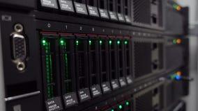 Σωρός κεντρικών υπολογιστών με τους σκληρούς δίσκους σε ένα datacenter για την αποθήκευση στηρίγματος και στοιχείων φιλμ μικρού μήκους