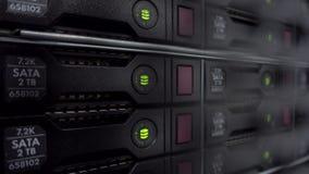 Σωρός κεντρικών υπολογιστών με τους σκληρούς δίσκους σε ένα datacenter για την αποθήκευση στηρίγματος και στοιχείων r Η αναλαμπή  φιλμ μικρού μήκους