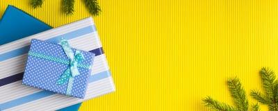 Σωρός κιβωτίων δώρων στο κίτρινο υπόβαθρο Στοκ Φωτογραφία