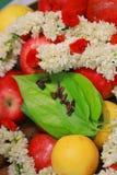 Σωρός κινηματογραφήσεων σε πρώτο πλάνο betel του φύλλου με τα φρούτα και τα λουλούδια Στοκ φωτογραφία με δικαίωμα ελεύθερης χρήσης