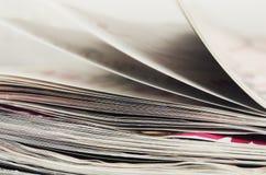 Σωρός κινηματογραφήσεων σε πρώτο πλάνο των περιοδικών για να γυρίσει τις σελίδες στοκ φωτογραφία με δικαίωμα ελεύθερης χρήσης
