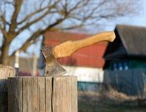 σωρός κούτσουρων κούτσουρων τσεκουριών Στοκ εικόνες με δικαίωμα ελεύθερης χρήσης