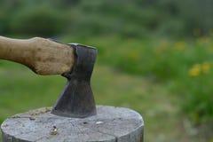 σωρός κούτσουρων κούτσουρων τσεκουριών Στοκ φωτογραφίες με δικαίωμα ελεύθερης χρήσης