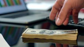 Σωρός μεταφοράς των τραπεζογραμματίων δολαρίων από το χέρι στο χέρι Στιγμιαία μεταφορά χρημάτων φιλμ μικρού μήκους