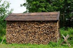 Σωρός με την αφαιρεσμένη το απόβαρο ξύλινη στέγη στοκ φωτογραφίες με δικαίωμα ελεύθερης χρήσης