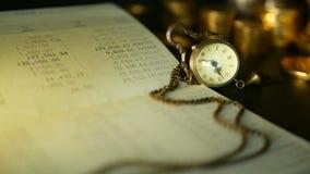 Σωρός νομισμάτων και βιβλιάριο απολογισμού ταμιευτηρίων έννοιες για την επένδυση υποθηκών και ακίνητων περιουσιών, για την αποταμ φιλμ μικρού μήκους